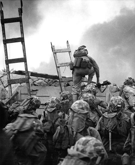 Soldiers_Climbing_Sea_Wall_in_Inchon